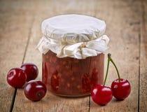 Kruik fruit en kersenjam Stock Foto
