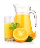 Kruik, glas jus d'orange en geïsoleerdei vruchten Royalty-vrije Stock Fotografie