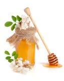 Kruik honing met bloemen van acacia op witte achtergrond wordt geïsoleerd die Stock Afbeelding