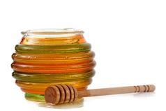 Kruik honing met houten stok royalty-vrije stock afbeelding