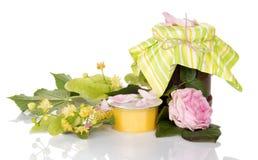 Kruik jam van roze, honing en lindetak op wit wordt geïsoleerd dat Stock Afbeeldingen