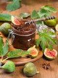 Kruik met fig.jam en rijpe fig. Stock Foto's