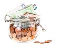 Kruik met geïsoleerde euro Stock Foto's