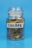 Kruik met geldconcept wordt gevuld besparing voor universiteit die Stock Afbeelding