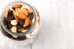 Kruik met gemengde noten en rozijn wordt gevuld die Royalty-vrije Stock Fotografie