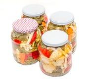 Kruik met groenten in het zuur die bloemkool, komkommer, Spaanse peper bevatten Stock Afbeelding