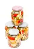 Kruik met groenten in het zuur die bloemkool, komkommer, Spaanse peper bevatten Stock Foto