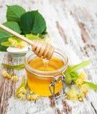 Kruik met honing Stock Afbeeldingen