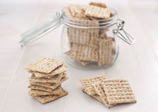 Kruik met horizontale crackers Royalty-vrije Stock Afbeeldingen