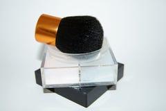 Kruik met losse kosmetische poeder en make-upborstel, op wit Royalty-vrije Stock Afbeeldingen
