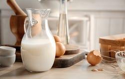 Kruik met melk royalty-vrije stock afbeeldingen
