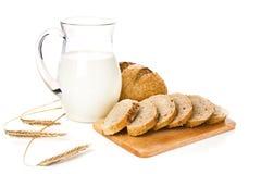 Kruik met melk, brood en tarwe stock afbeeldingen