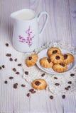 Kruik met melk en koekje Stock Afbeeldingen