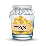 Kruik met muntstukken; belastings concept Stock Foto's