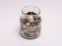 Kruik met muntstukken wordt gevuld dat stock foto