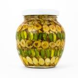 Kruik met noten en honing op wit Royalty-vrije Stock Afbeelding