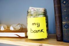 Kruik met teken mijn bank en dollarrekeningen 3d illustratie op witte achtergrond Royalty-vrije Stock Afbeelding