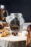 Kruik met thee, eigengemaakte koekjes en kruiden voor thee op donkere bac Stock Afbeeldingen