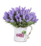 Kruik met wilde die bloemen op witte achtergrond worden geïsoleerd Royalty-vrije Stock Foto's