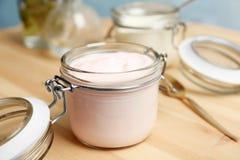 Kruik met yummy yoghurt royalty-vrije stock afbeeldingen
