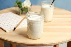 Kruik met yummy yoghurt stock afbeeldingen