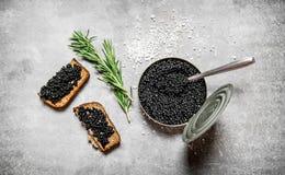 Kruik met zwarte kaviaar en sandwiches Stock Afbeelding