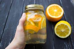 Kruik smakelijke verse limonade met citroen op achtergrond Royalty-vrije Stock Fotografie