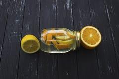 Kruik smakelijke verse limonade met citroen op achtergrond Royalty-vrije Stock Foto's