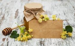 Kruik van honing en lindebloemen Royalty-vrije Stock Afbeelding