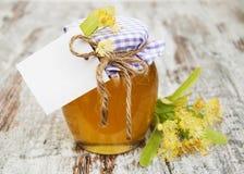Kruik van honing en lindebloemen Royalty-vrije Stock Fotografie
