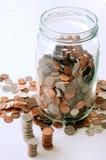 Kruik van muntstukken stock afbeeldingen