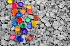 Kruik van onder verf van verschillende kleuren op grijze steen Royalty-vrije Stock Fotografie