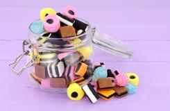 Kruik van Zoethoutallsorts Suikergoed stock afbeeldingen