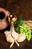 Kruik wijn en kerkgemeenschapbrood stock afbeelding