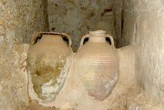 Kruiken in een Berber graanschuur, Libië Stock Foto
