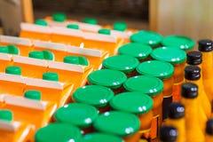 Kruiken en flessen met ecovoedsel bij biomarkt Stock Afbeelding