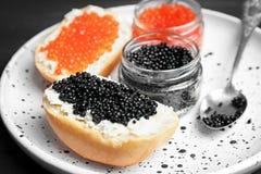 Kruiken en sandwiches met zwarte en rode kaviaar Royalty-vrije Stock Afbeeldingen