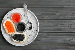 Kruiken en sandwiches met zwarte en rode kaviaar Royalty-vrije Stock Afbeelding