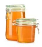 Kruiken honing die op wit wordt geïsoleerd Stock Fotografie