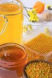 Kruiken honing Honingraat, stuifmeel en bloemen Royalty-vrije Stock Foto