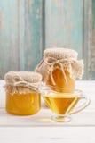 Kruiken honing op houten lijst Stock Foto's
