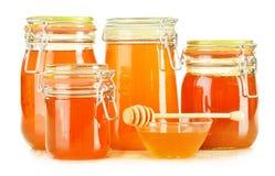 Kruiken honing op wit Royalty-vrije Stock Afbeelding