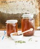 Kruiken honing op witte rustieke houten lijst met Stock Fotografie