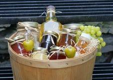 Kruiken jam met vruchten Royalty-vrije Stock Foto's