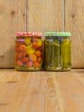 Kruiken met diverse groenten in het zuur Ingeblikte komkommers en tomaten Royalty-vrije Stock Afbeelding