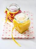 Kruiken met eigengemaakte fruitgestremde melk Stock Foto