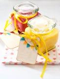 Kruiken met eigengemaakte fruitgestremde melk Royalty-vrije Stock Afbeeldingen