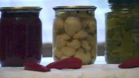 Kruiken met groenten in het zuur op witte achtergrond stock footage