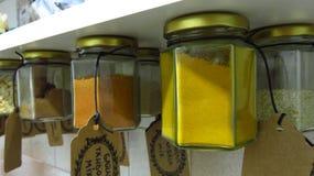 Kruiken met Kruiden worden gevuld en Kruiden die in Keuken hangen die Royalty-vrije Stock Afbeeldingen