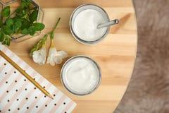 Kruiken met yummy yoghurt stock afbeelding
